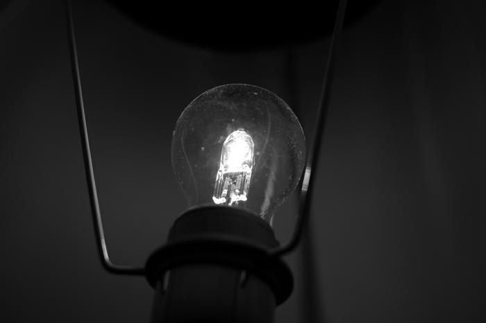 une ampoule en noir et blanc