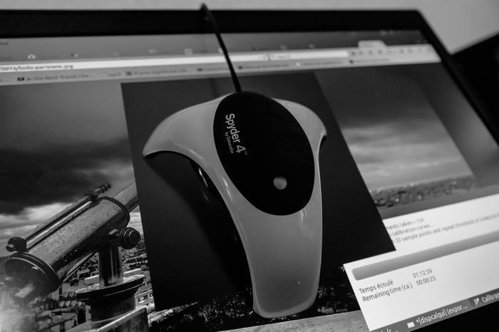 La Spyder4 de Datacolor colée sur un écran