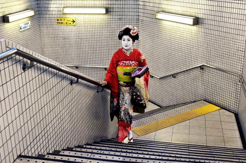 Une geisha montant l'escalier du métro japonais